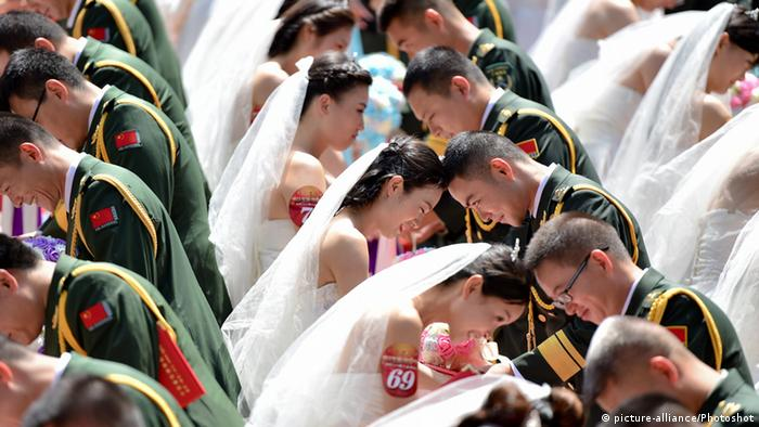 China Dongguan BG Massenhochzeit (picture-alliance/Photoshot)
