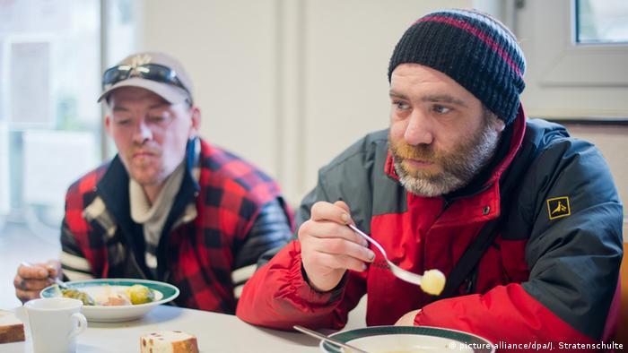 Dva beskućnika u pučkoj kuhinji u Hannoveru