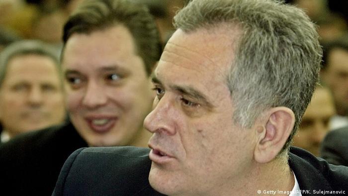 Serbien Tomislav Nikolic und Aleksandar Vucic Parteitag mit Seselj T-Shirt (Getty Images/AFP/K. Sulejmanovic)