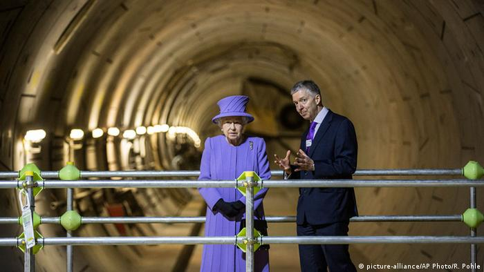 Großbritannien Königin Elisabeth II besucht U-Bahn Baustelle in London. Sie posiert vor dem Tunnel mit Londons Bürgermeister Boris Johnson. (Foto: Richard Pohle/pool via AP)