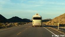 21.2.2016 *** Schlagworte: #WhatAmerica, US primaries, Nevada, Death Valley, Nevada primary, desert, USA Wer hat das Bild gemacht: Ines Pohl Wenn wurde: 21.02.2016 Wo: Nevada, USA A 50s bus on a desert road in Nevada, USA.