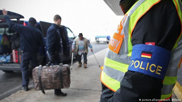 Під час депортації мігрантів - поліцейський супровід
