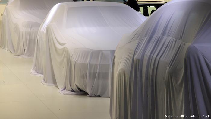 Symbolbild Autosalon verhüllte Autos