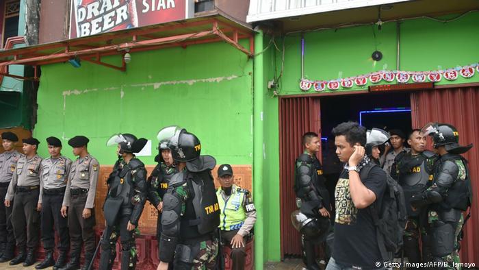 Indonesien Jakarta Polizisten und Militär im Stadtteil Kalijodo