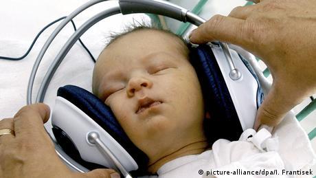 Slowakei Baby mit Kopfhörer in einer Privatklinik in Kosice-Saca (picture-alliance/dpa/I. Frantisek)