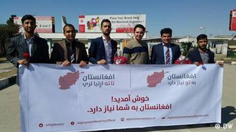 Eκπρόσωποι της κυβέρνησης, του Διεθνούς Οργανισμού Μετανάστευσης και μέλη της καμπάνιας «Afghanistan Needs You» στο αεροδρόμιο της Καμπούλ