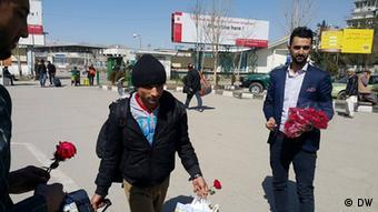 Afghanische Flüchtlinge werden auf dem Kabuler Flughafen mit Blumen begrüßt (Foto: DW)