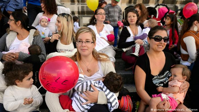 Mothers nurse their babies during a flash mob protest to promote breastfeeding (photo: EPA/LAURENT GILLIERON +++(c) dpa - Bildfunk+++)