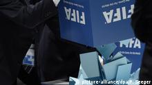 (File) Notaries empty ballot boxes after the election of the FIFA president at the 65th FIFA Congress at the Hallenstadion in Zurich, Switzerland, 29 May 2015. Photo: Patrick Seeger/dpa (zu dpa «Reform, Wahl-Favorit und Königsmacher: Die Themen des FIFA-Kongresses» am 24.02.2016) +++(c) picture-alliance/dpa/P. Seeger
