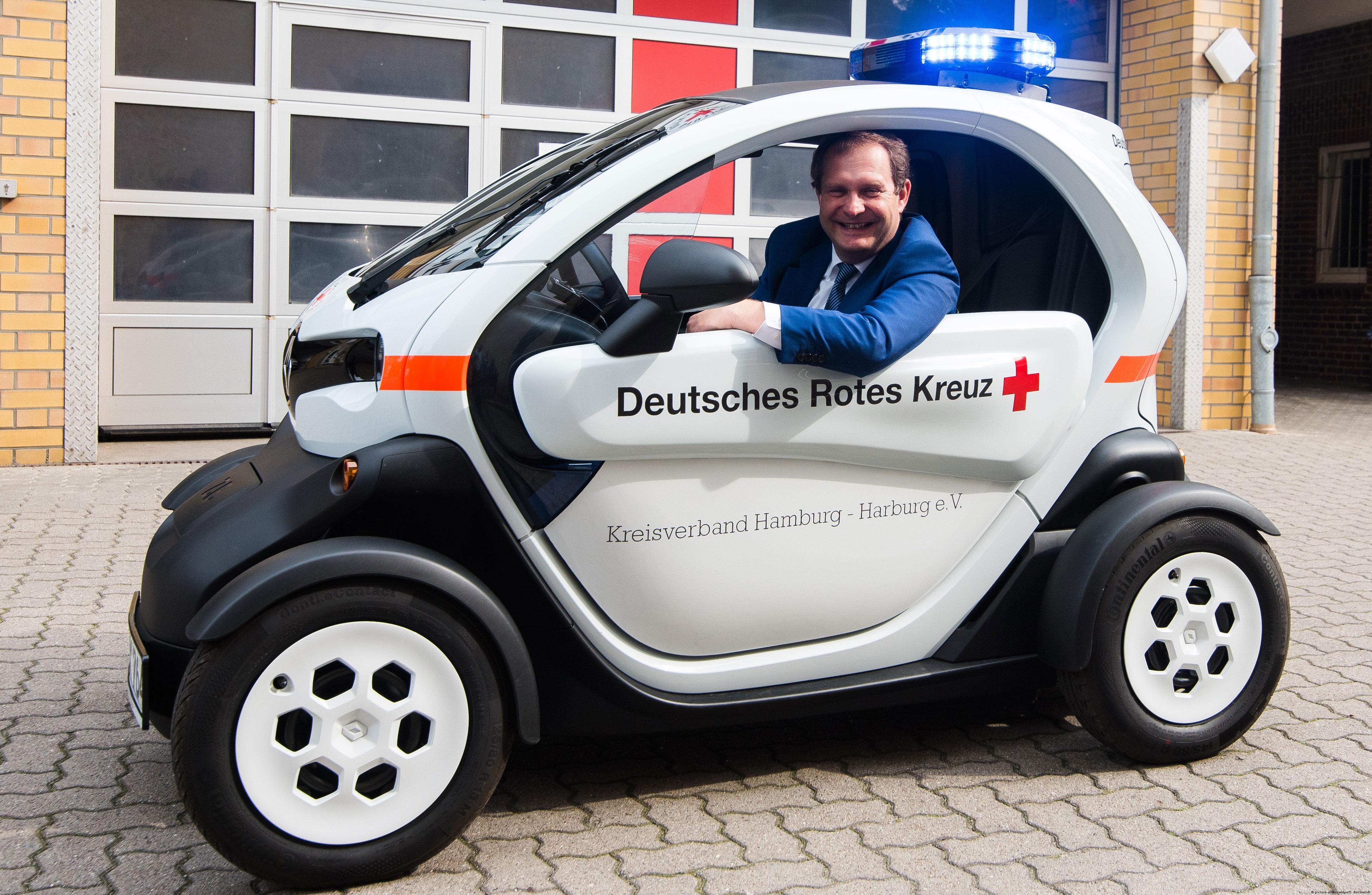 Jens Kerstan mit Elektrofahrzeug Foto: picture-alliance/dpa/D. Bockwoldt