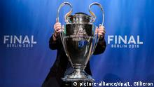 ARCHIV 2015 *** epa04779691 (FILE) A file picture dated 23 April 2015 of an UEFA staff member placing the UEFA Champions League trophy on a podium during the UEFA Champions League semi final draw at the UEFA headquarters in Nyon, Switzerland. Juventus FC will face FC Barcelona in the 2015 UEFA Champions League final at Olympic Stadium in Berlin, Germany on 06 June 2015. EPA/LAURENT GILLIERON © picture-alliance/dpa/L. Gillieron