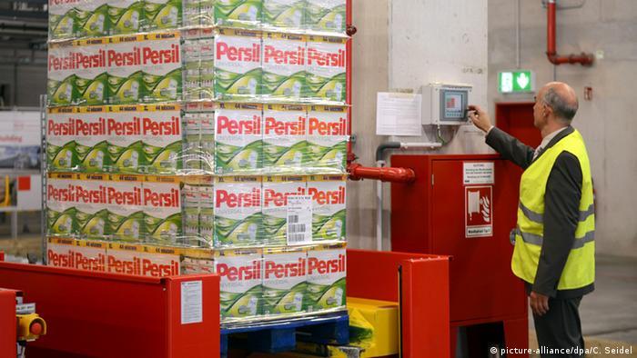 Deutschland Düsseldorf Henkel Hochregallager Persilpackungen