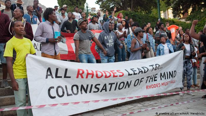 South Africa students hold up a banner saying All Rhodes (spelled as in Cecil rhodes) lead to colonisation of the mndprotests © picture-alliance/AA/A. Hendricks