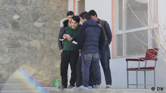 Afghanische Rückkehrer vor Gästehaus in Kabul