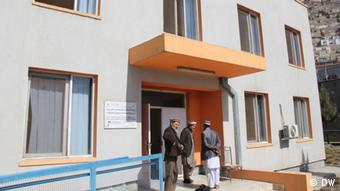 Afghanische Rückkehrer vor Gästehaus in Kabul (Foto: DW)