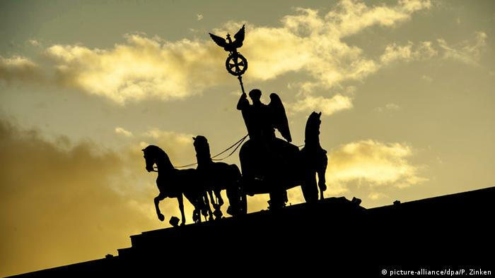 Ворота мира Строительство ворот завершили в августе 1791 года. В 1793 году на них установили квадригу, которой сейчас управляет богиня победы Виктория. Но первоначально это место на Воротах мира (Friedenstor), как их тогда называли, занимала Эйрена - дочь Зевса, богиня мира в древнегреческой мифологии. Проект триумфальной колесницы, запряженной четверкой лошадей, разработал скульптор Иоганн Готфрид Шадов.