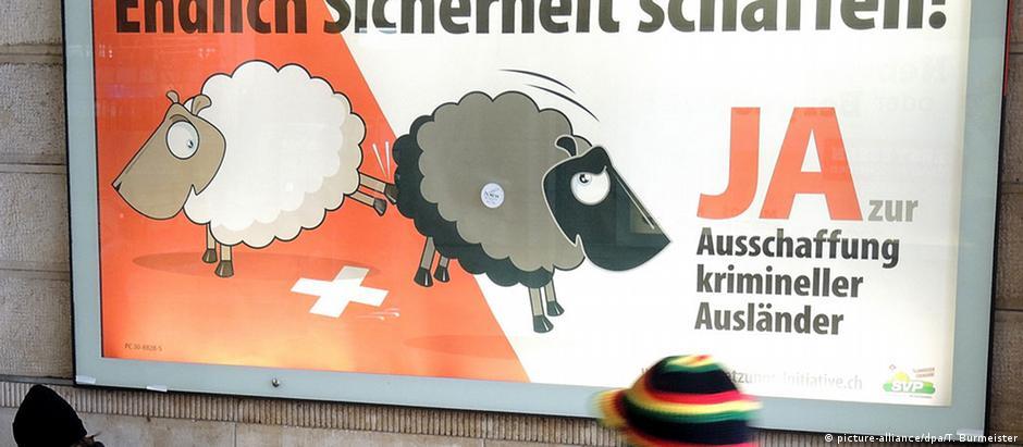 Cartaz do SVP pregando a expulsão de estrangeiros da Suíça