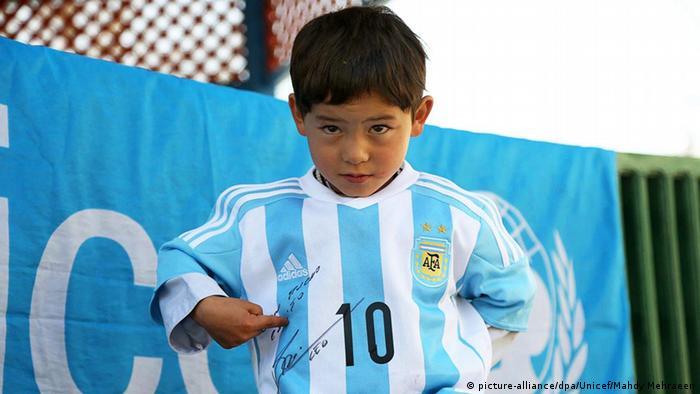 Afghanistan Messi-Fan Murtaza in echtem Trikot (picture-alliance/dpa/Unicef/Mahdy Mehraeen)