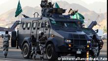 Saudi-Arabien Mekka Kampffahrzeug mit Soldaten