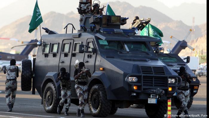 Saudi-Arabien Mekka Kampffahrzeug mit Soldaten (picture-alliance/dpa/A. Pain)
