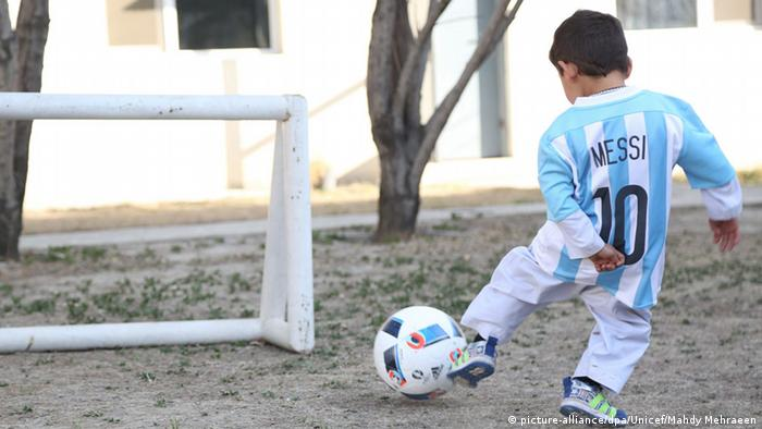 Afghanistan Messi-Fan Murtaza in echtem Trikot (picture-alliance/dpa/Unicef/Mahdy Mehraeen)