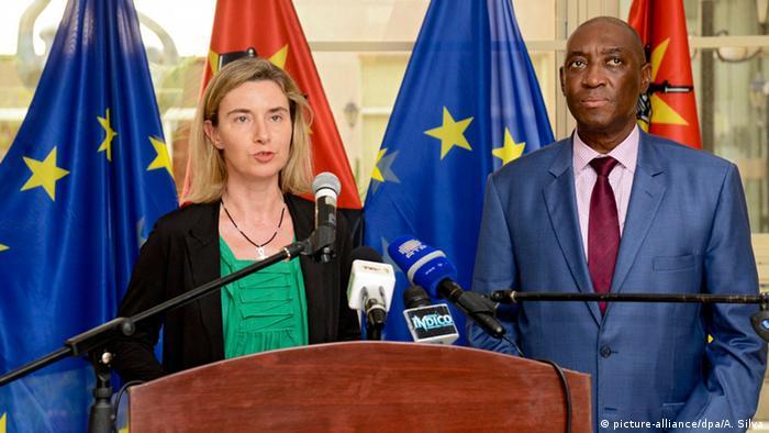 Chefe da diplomacia da União Europeia, Federica Mogherini (esq.), e ministro moçambicano dos Negócios Estrangeiros, Oldemiro Baloi