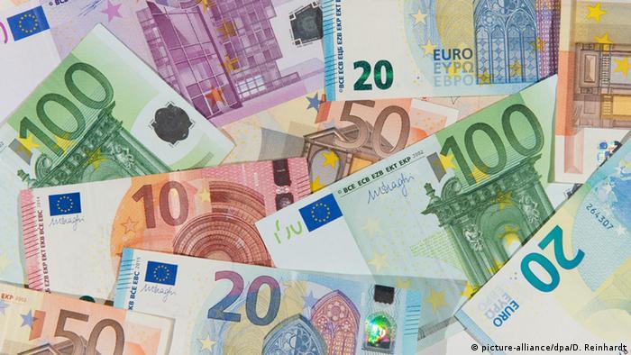 Близо 5 млрд. евро субсидии получават германските стопанства от ЕС. В най-голяма степен от тях се облагодетелстват най-големите, тъй като размерът на помощите зависи от хектарите обработваема земя. Експертите настояват за преразпределение на тези субсидии – така че по-малките и средни ферми да получават повече средства, а така също и онези, които отглеждат животните си екосъобразно.