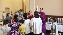Pfarrer Martens bei einem Taufgottesdienst mit Geflüchteten aus dem Iran