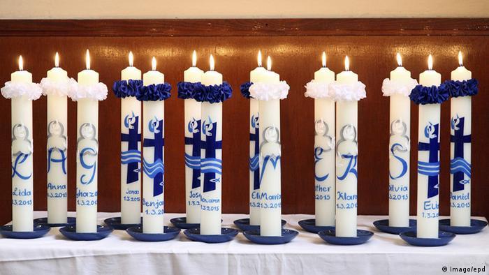 Deutschland Berlin Kerzen mit Namen Taufe Flüchtlinge aus Iran