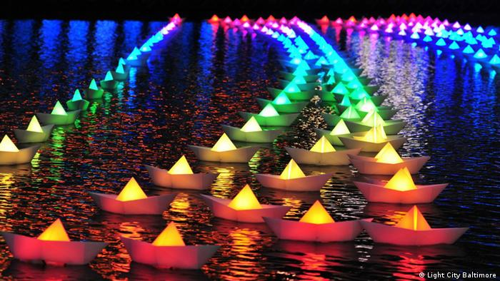 Lichtfestival Baltimore Hafen bunte Faltschiffchen (Light City Baltimore)