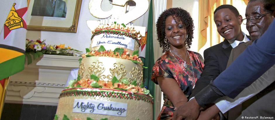 Mugabe (dir.) já cortou um bolo de aniversário com a mulher e um dos filhos