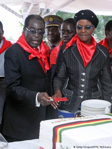 Robert Mugabe his wife Grace cutting a cake JEKESAI NJIKIZANA/AFP/Getty (c) Getty Images/AFP/J. Njikizana