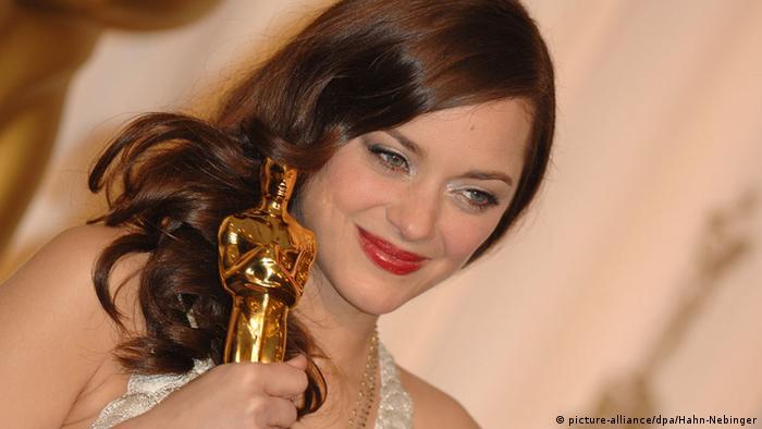 Marion Cotillard erhält den Oscar 2008 für ihre Rolle in La vie en rose (Foto: picture-alliance/dpa/Hahn-Nebinger)