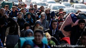 Griechenland Flüchtlinge auf dem Weg nach Piraeus