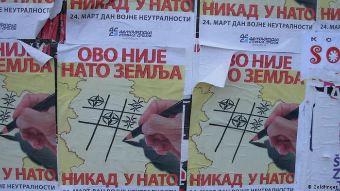 Plakati na kojima na ćirilici piše: Ovo nije NATO zemlja, nikad u NATO