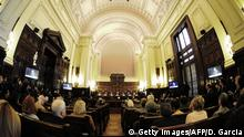 ARCHIV 2013 *** Argentina's Supreme Court receives on August 28, 2013 representatives of the State, of Grupo Clarin and of NGOs in an informal hearing that seeks the final resolution of the conflict about unconstitutionality generated from the business media group of two articles of the new Media Law. AFP PHOTO/ANIEL GARCIA (Photo credit should read DANIEL GARCIA/AFP/Getty Images) © Getty Images/AFP/D. Garcia
