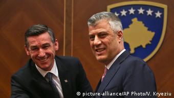 Kosovo Präsident Hashim Thaci und Kadri Veseli (picture-alliance/AP Photo/V. Kryeziu)