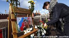 27.2.2016 *** MOSCOW, RUSSIA. FEBRUARY 27, 2016. A woman brings flowers to the Bolshoi Moskvoretsky Bridge, where Russian politician Boris Nemtsov was killed in the evening of February 27, 2015. Mikhail Japaridze/TASS Copyright: picture-alliance/dpa/M. Japaridze