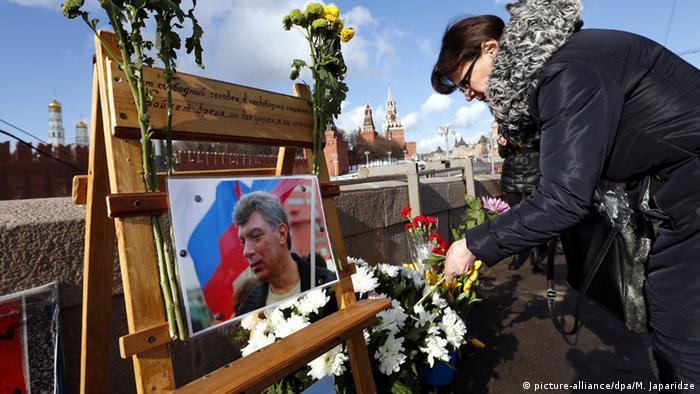 Возложение цветов на месте убийства Бориса Немцова
