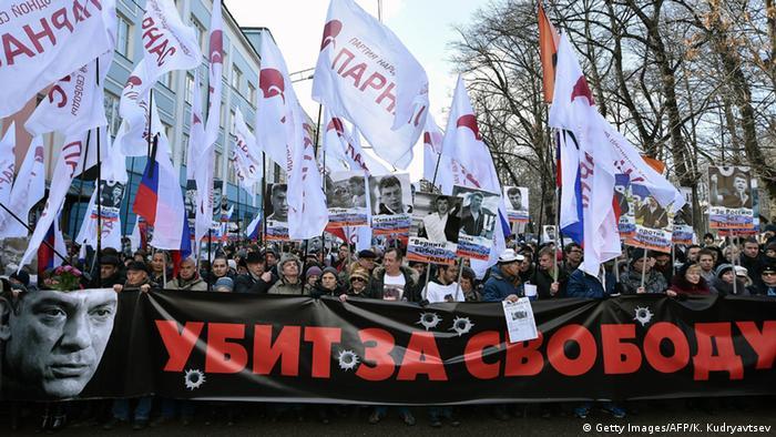 Флаги на шествии в память о Борисе Немцове