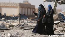Syrien Fußggänger in den Tümmern von al-Shadadi