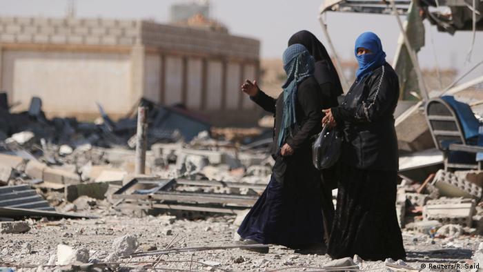 Syrien Fußgänger in den Trümmern der Stadt Al-Shadadi im Osten des Landes (Foto: Reuters)