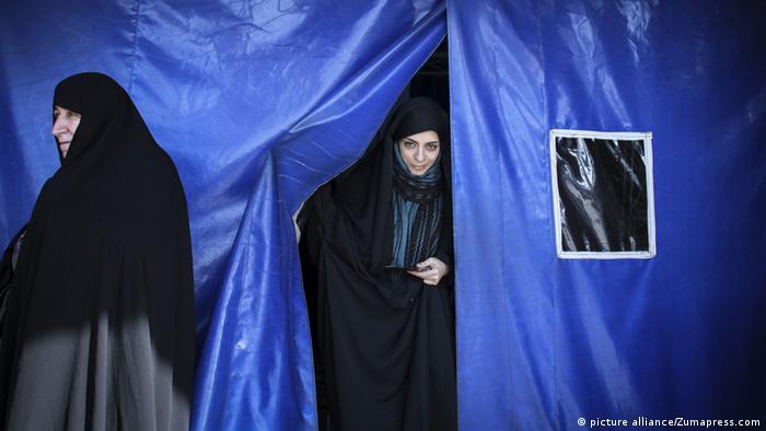Frauen nach der Stimmabgabe (Foto: Zumapress)