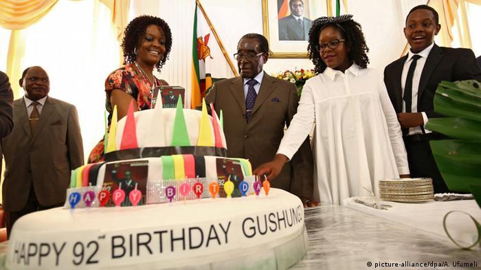 Mugabe feiert 92. Geburtstag (picture-alliance/dpa/A. Ufumeli)