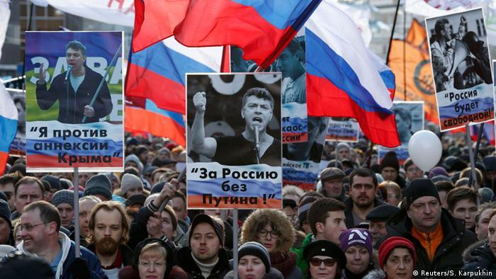 Участники акции в память о Борисе Немцове