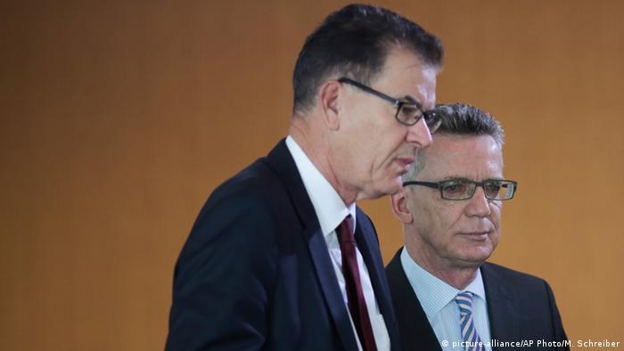 Bundesminister Gerd Müller (l.) und Thomas de Maizière (Foto: AP)