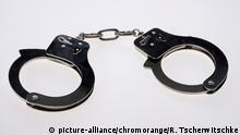 Symbolbild Handschellen