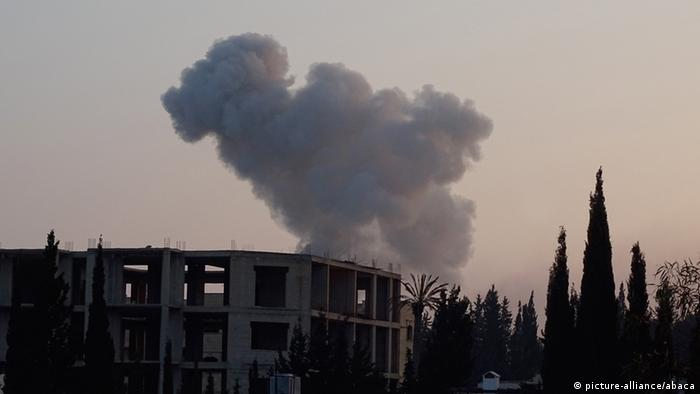 Rauch steigt nach einem Luftschlag der russischen Luftwaffe am Sonntag über Aleppo auf (Foto: abaca)