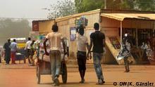 DW_Bevölkerung_Niger3: Kaum Chancen auf ein geregeltes Einkommen: junge Menschen im Niger 23. Februar 2016, Niamey, Niger Copyright: DW/K. Gänsler