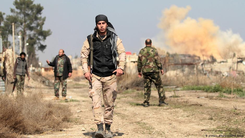Σύροι στρατιώτες περπατούν στην πόλη Νταράγια